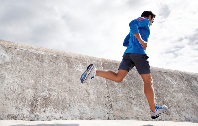 junger Athlet beim Laufen