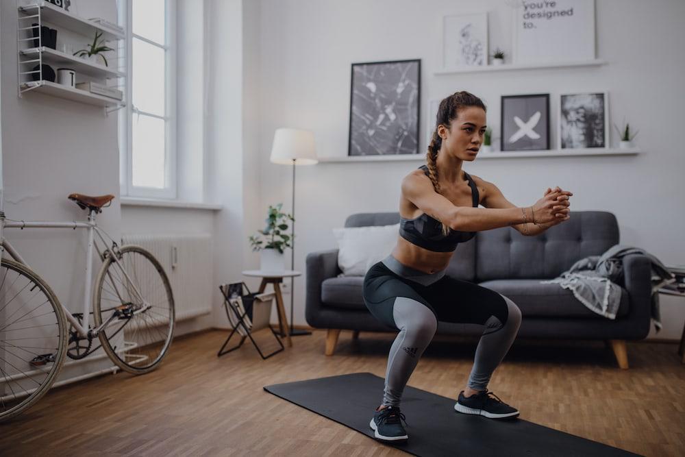 Une femme qui fait des squats