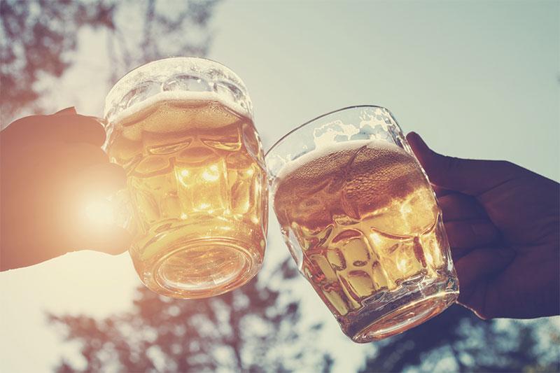 Deux verres de bière en train de trinquer