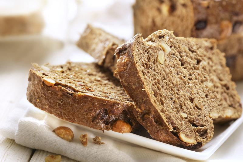 Frisches Brot auf einem Teller.