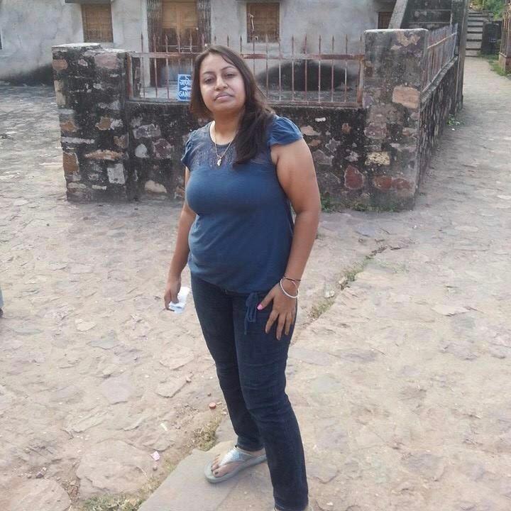 Eine indische Frau blickt ernst in die Kamera