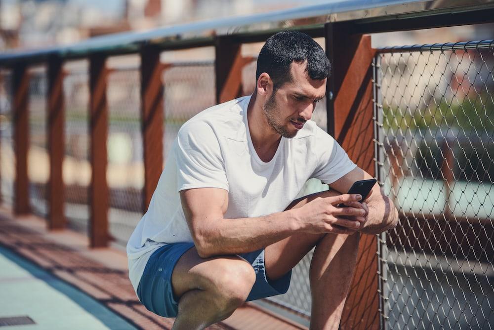 Un hombre usando una app de running