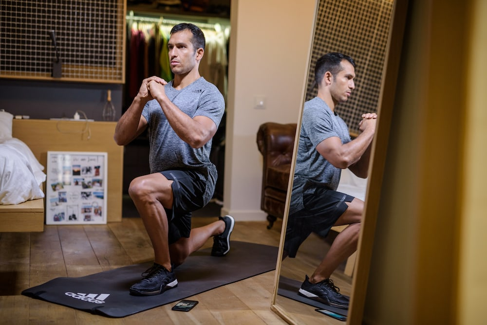 Man macht einen Workout in seinem Zimmer
