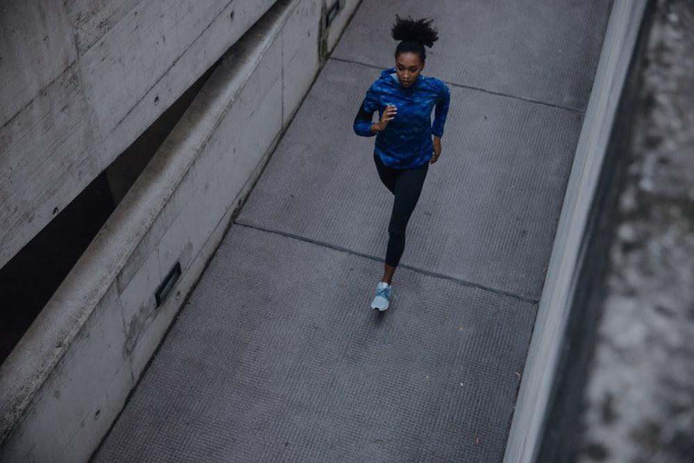 Mujer haciendo running al aire libre al atardecer
