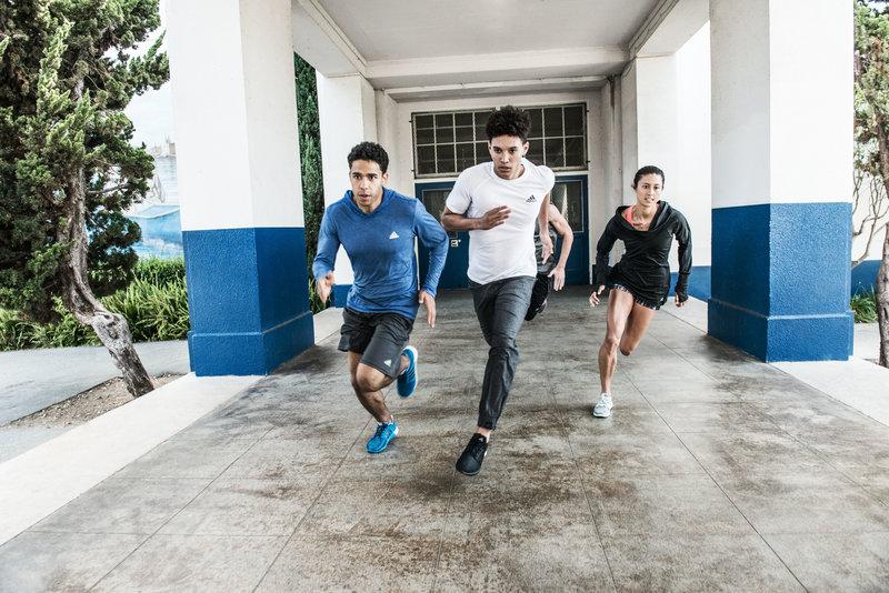 Gruppe von Freunden beim Laufen.