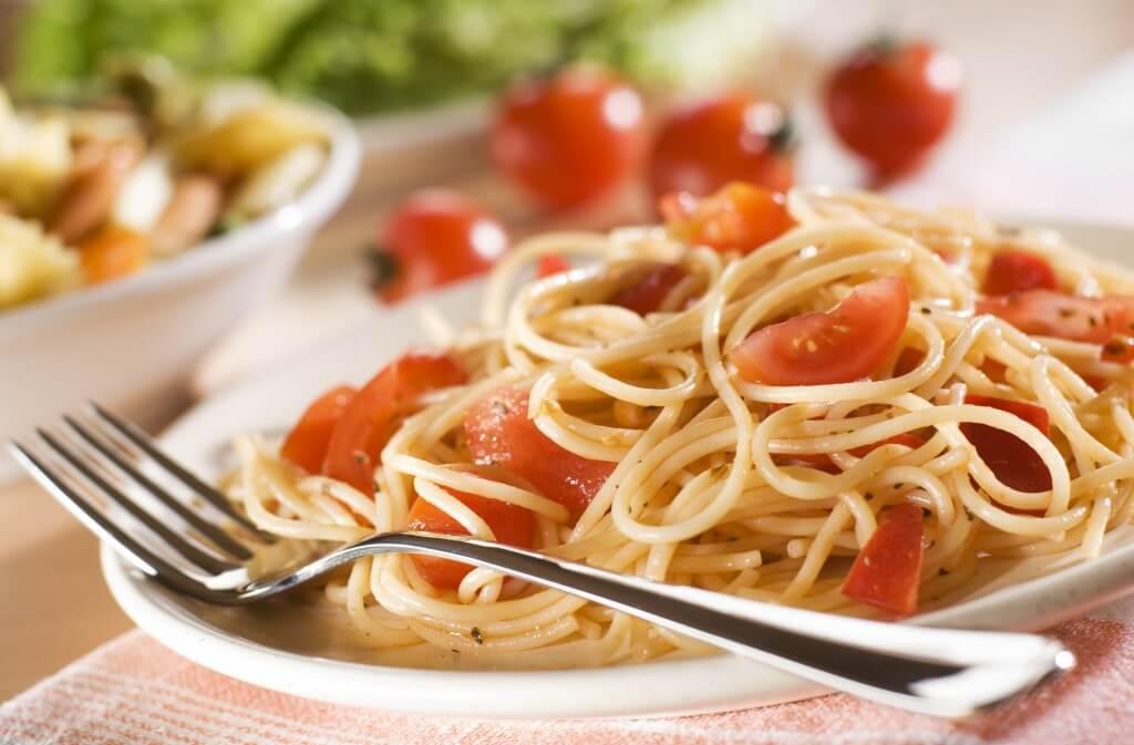 Spaghetti mit Tomaten.