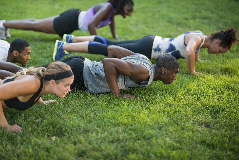 Gruppe von Erwachsenen beim Workout im Park