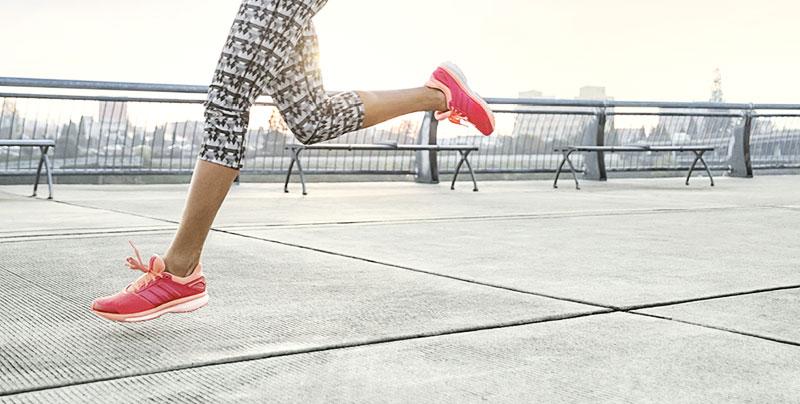 Foto von den Beinen einer jungen Frau beim Laufen.