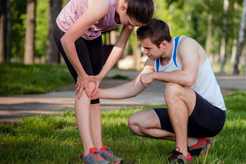 Man helping woman with kneepain.