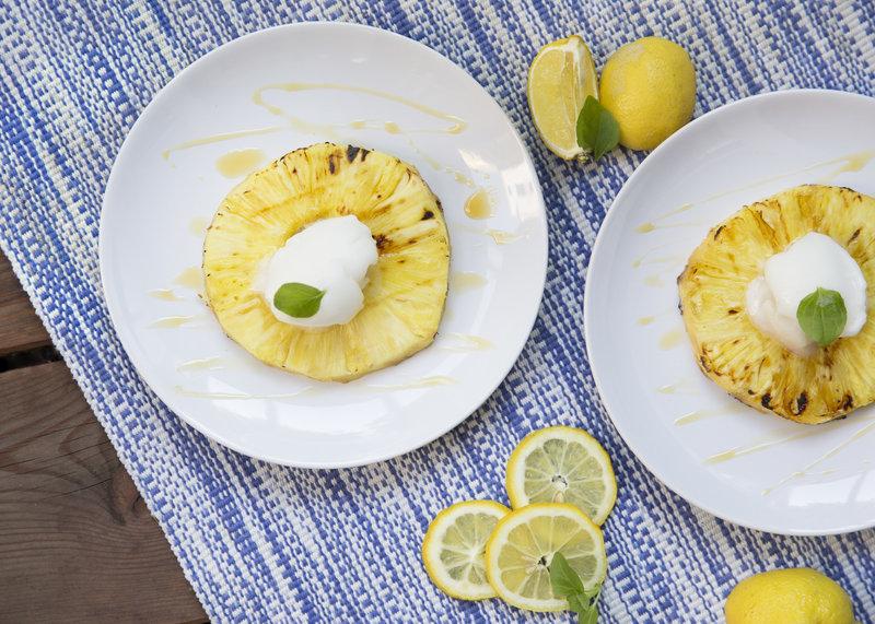 Piña asada con sorbete de limón