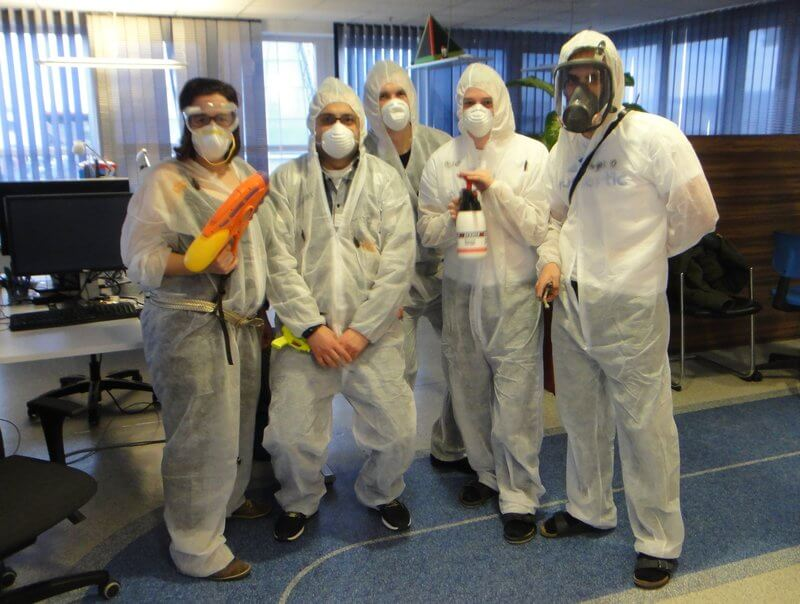 Das Team in weißen Maler-Anzügen.