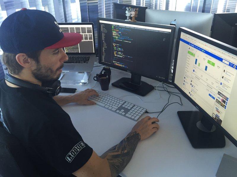 Ein Mann sitzt vor einem Computer und arbeitet.