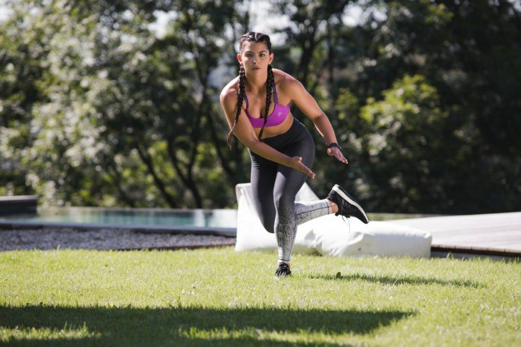 Frau, die draußen trainiert