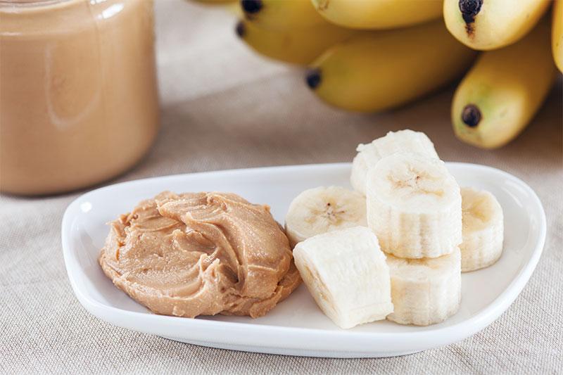 Banana em rodelas com creme de amendoim