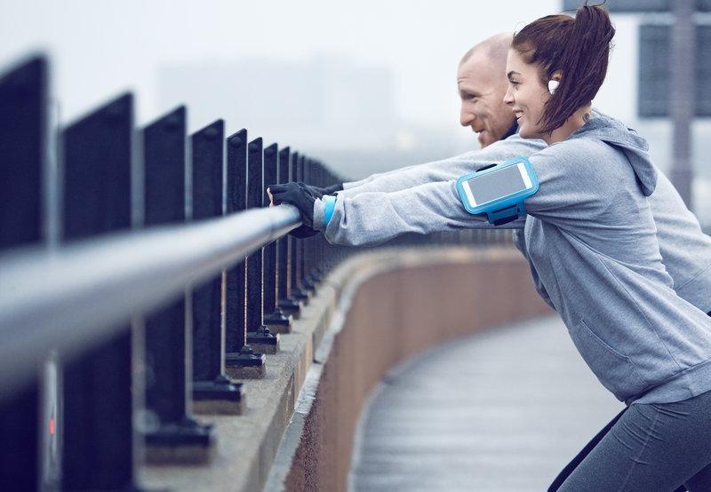 Una mujer y un hombre estirando en un puente