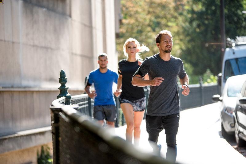 Un grupo de amigos corriendo por la calle