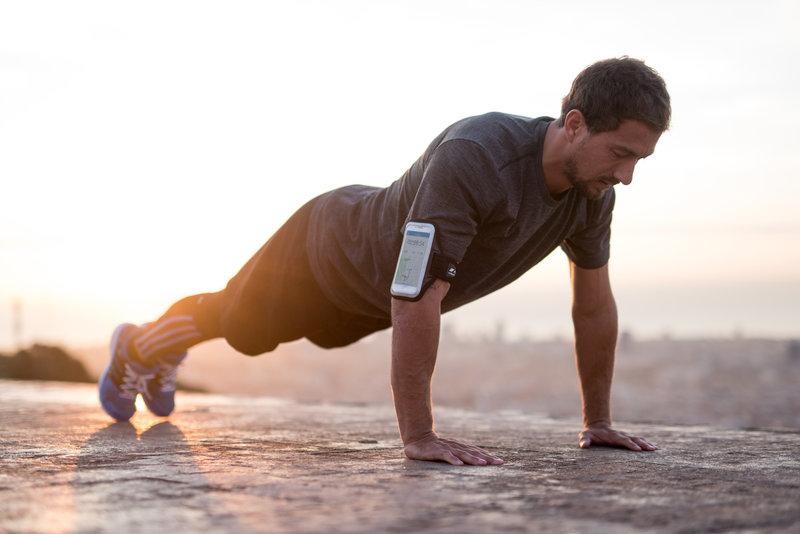 Ein Mann macht Liegestütze nach dem Laufen
