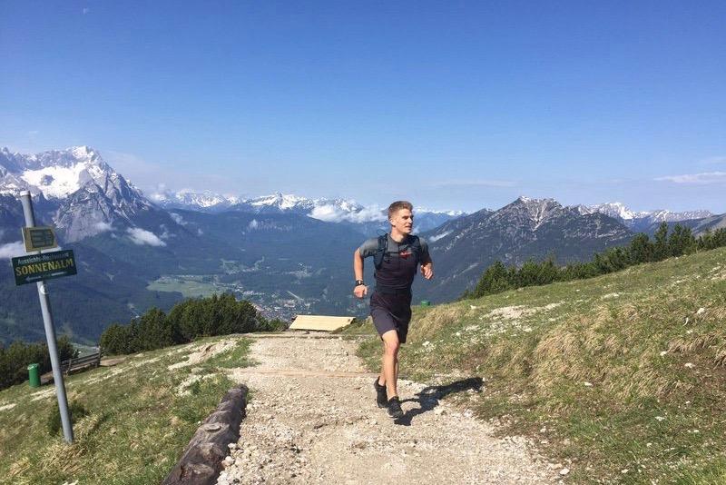Homem correndo em trilha na montanha