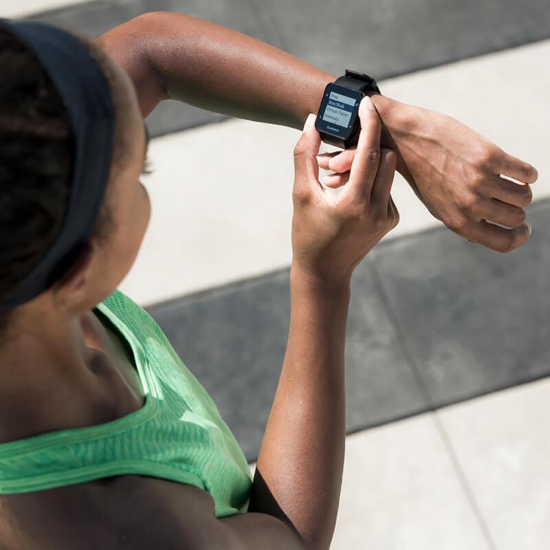 Frau checkt ihre Garmin Uhr nach dem Lauf