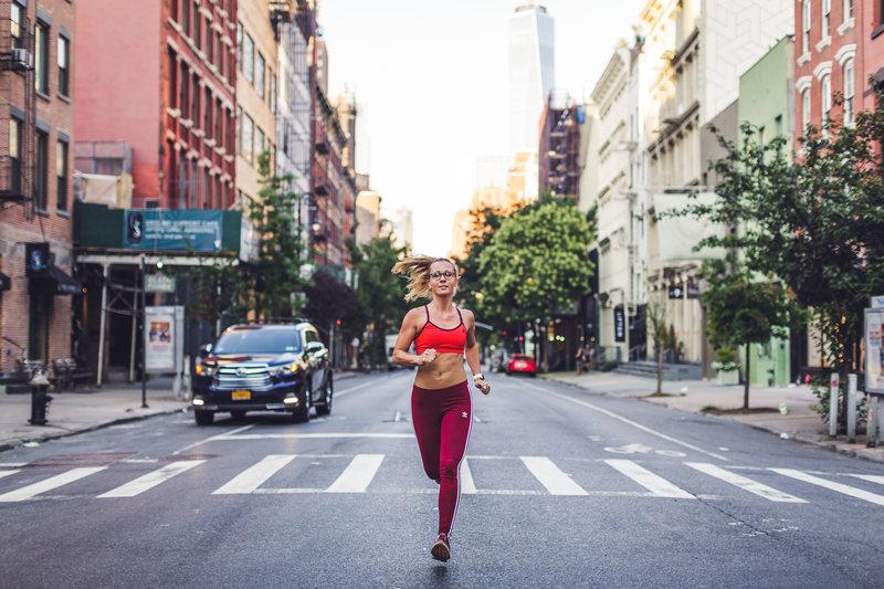 Une femme qui court dans New York