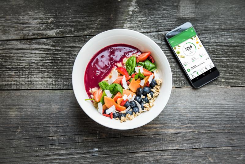 Bol de smoothie y teléfono con la app Runtastic Balance para registrar comidas