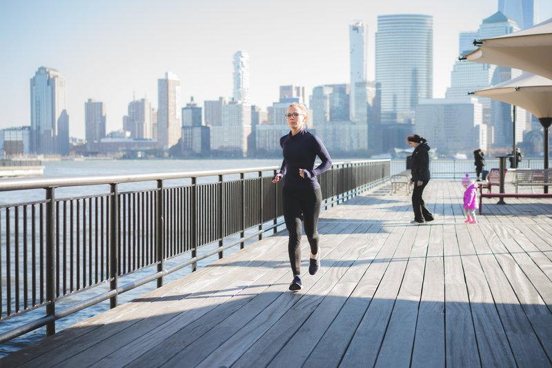 Donna che corre a New York
