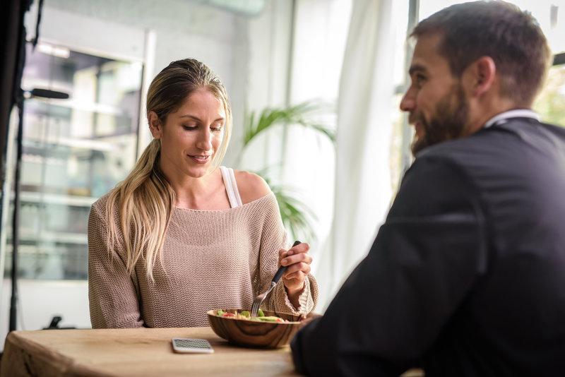 Um homem e uma mulher almoçando juntos