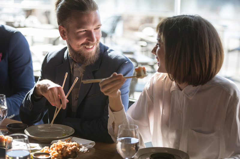 Amigos almoçando juntos
