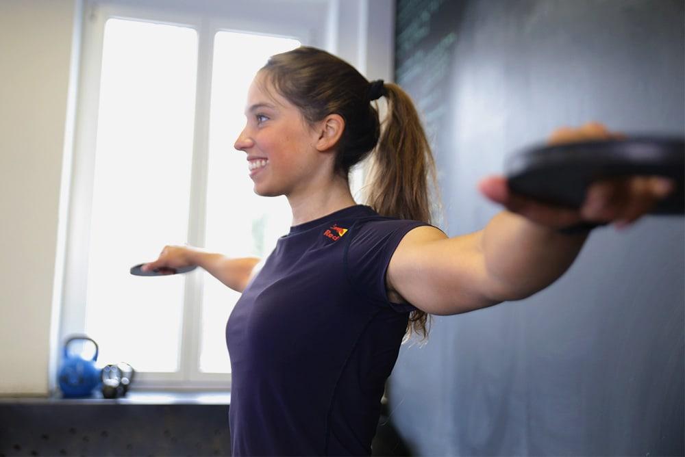 Mulher fazendo rotação de braços com pesos leves