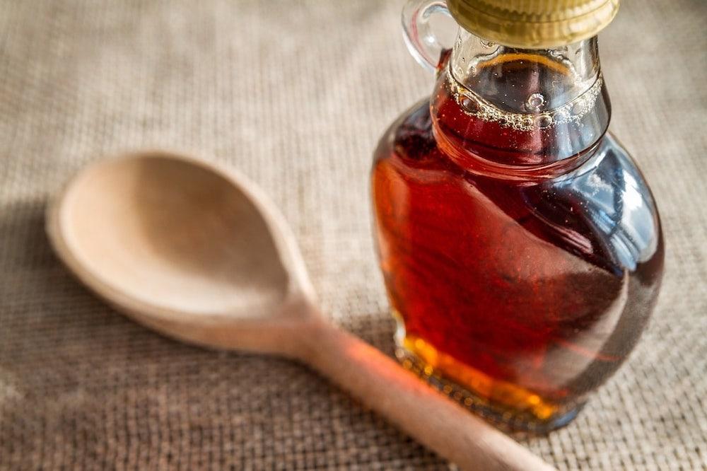 Vidro com xarope de bordo - maple syrup