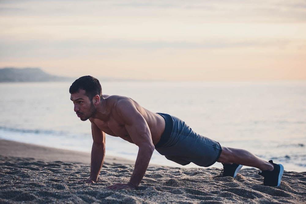 Un hombre haciendo flexiones