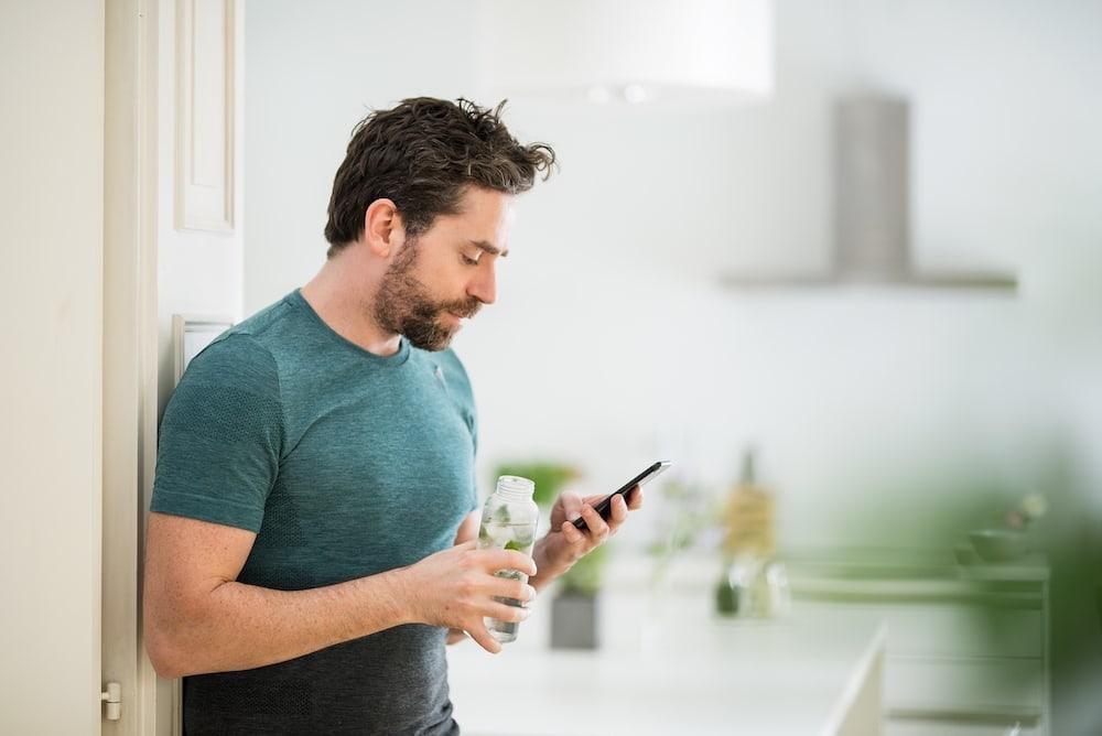 Un hombre registra su comida con una app