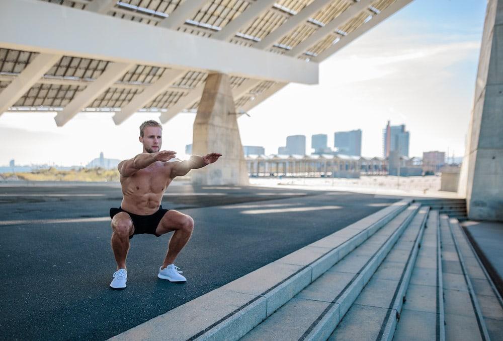 Un runner qui fait des squats