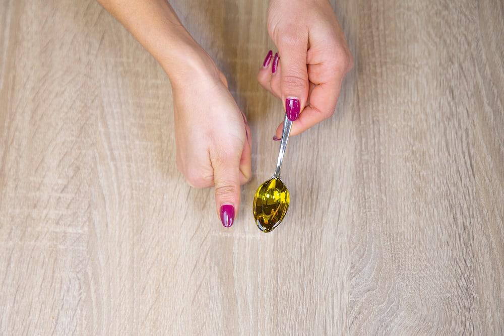 Uma porção de azeite de oliva