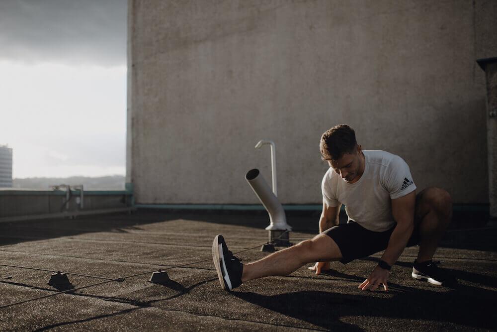 Ein junger Mann macht ein Workout am Morgen auf nüchternen Magen