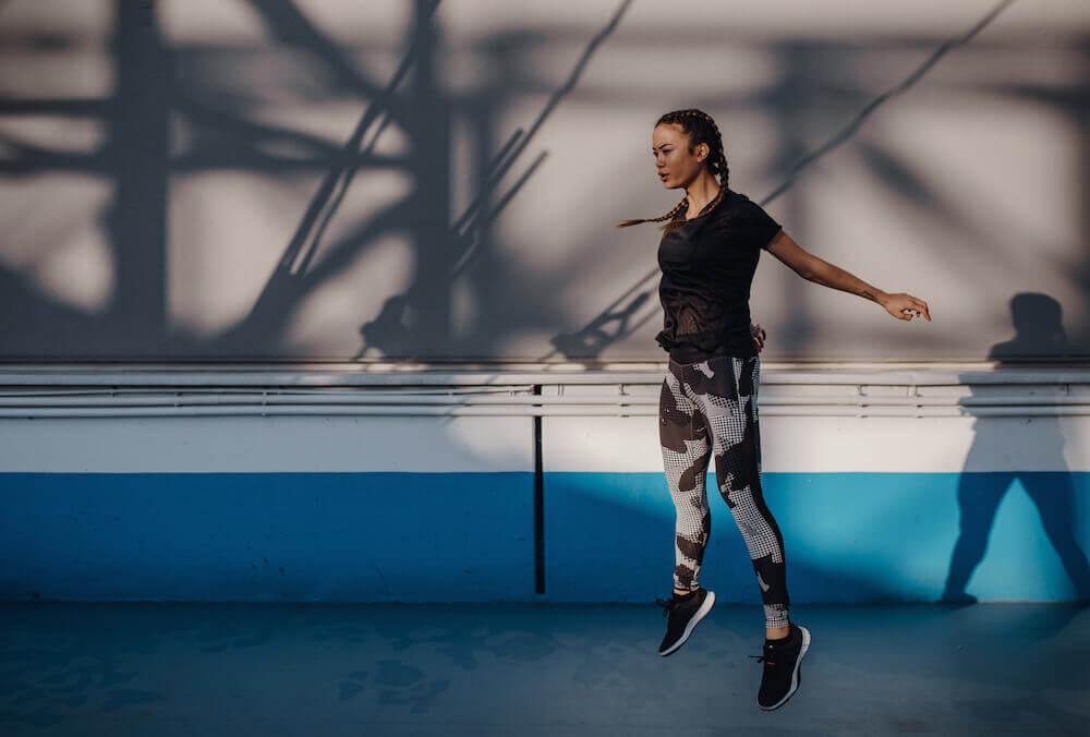 Une jeune femme avec une tenue de sport adidas s'entraîne le matin