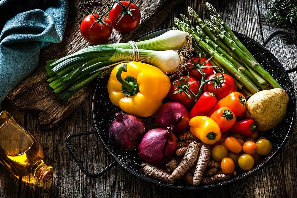 Prato contendo uma variedade de legumes frescos