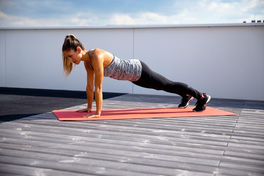 Une femme en position de planche