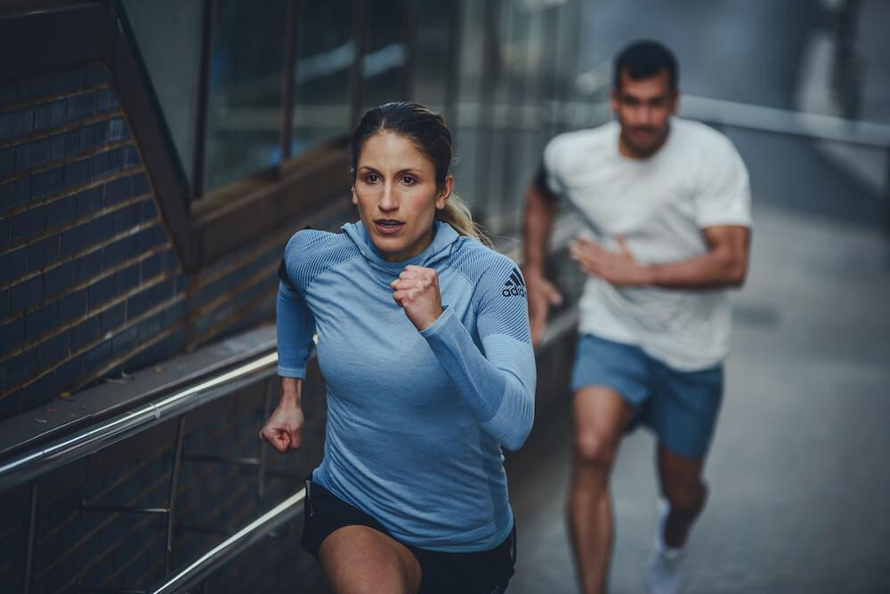 Una mujer y un hombre corriendo