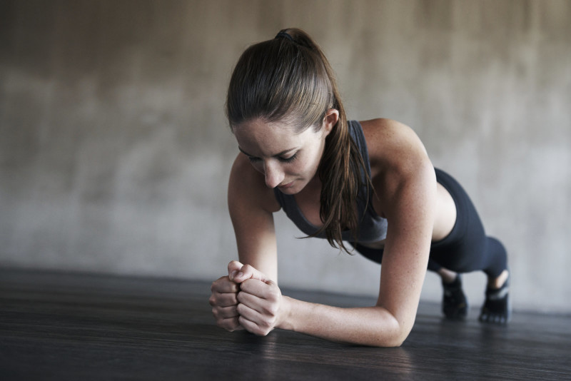 Mujer haciendo un plank
