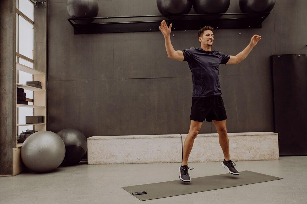 Homem fazendo um salto em um ambiente interno