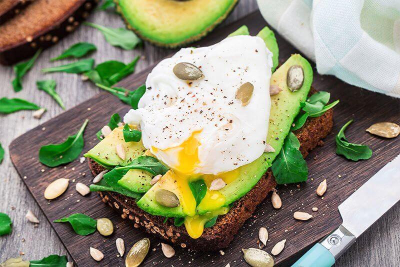 Vollkornbrot mit Avocado und Ei.