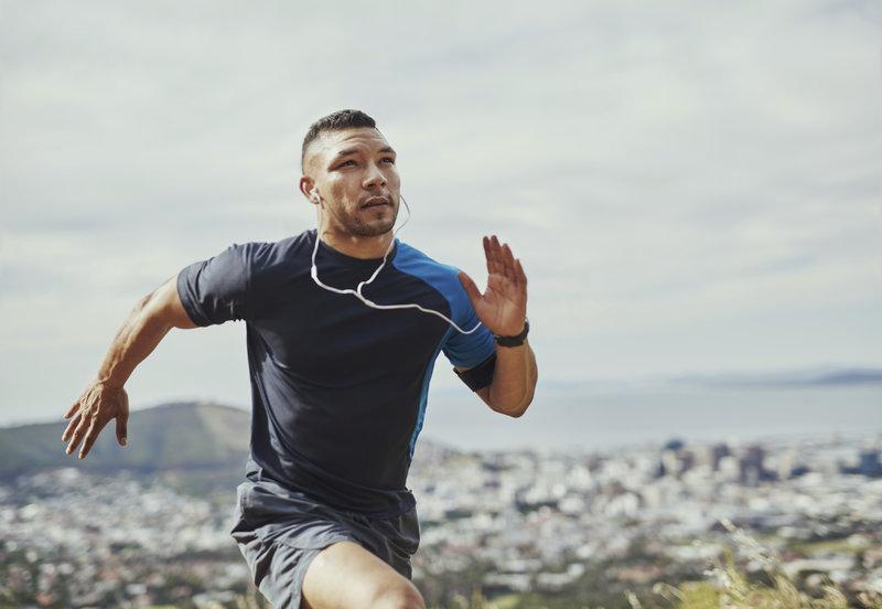 Athletischer Mann beim Sprinten.