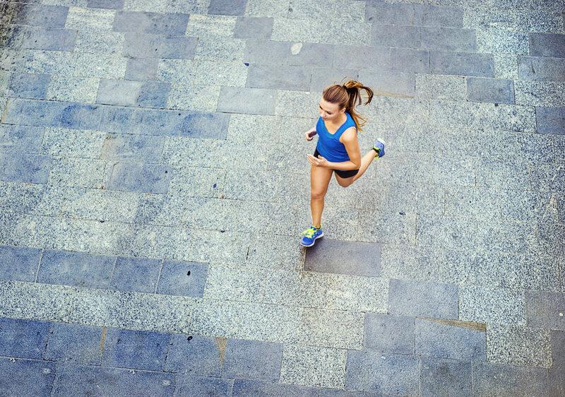 Junge Frau von oben beim Laufen.