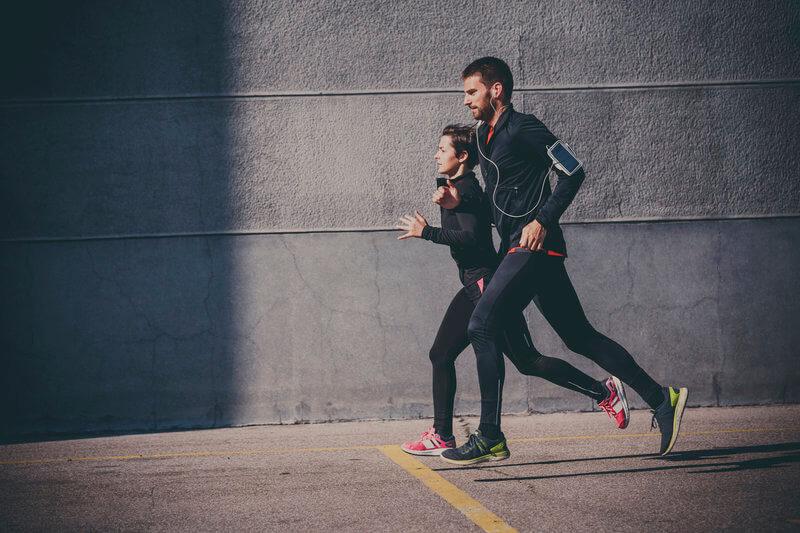 Junges Paar beim gemeinsamen Lauftraining.