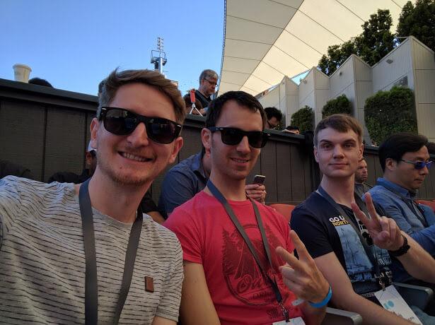 Drei Männer die im Publikum sitzen.