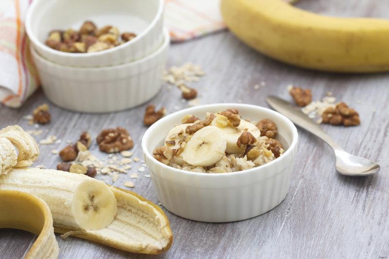 Eine Portion Haferbrei mit Banane und Walnüssen