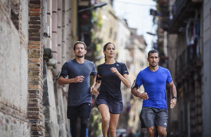 Amigos correndo juntos