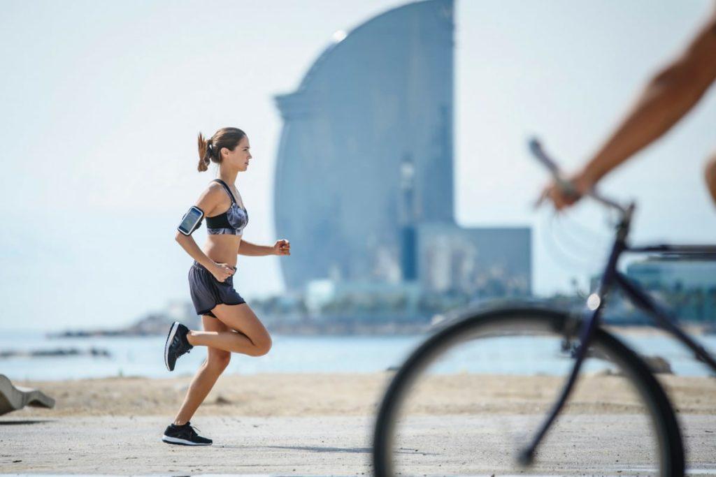 Une femme court sur la plage au soleil