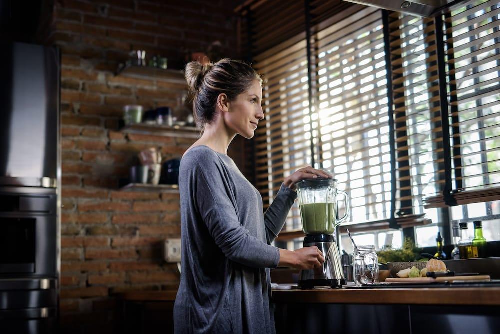 Une femme qui se fait un smoothie